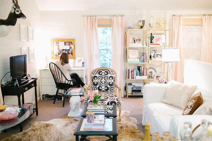Sala De Estar E Home Office ~ Um sofá verde na sala de estar e dois papéis de parede para fazer
