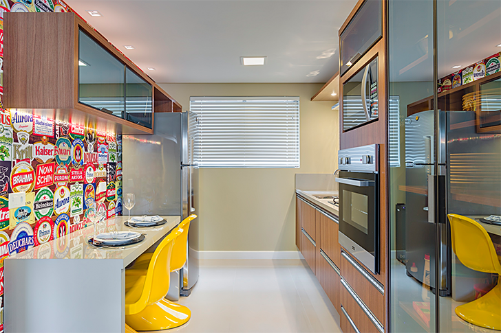 cozinha planejada móveis em madeira e detalhes em amarelo