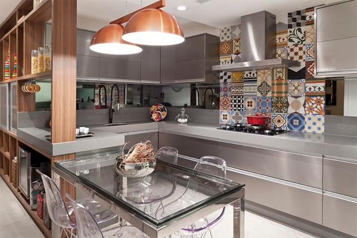 cozinha planejada em tons de cobre e prata