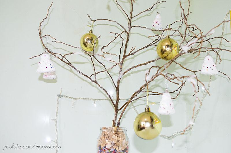 Árvore de natal com galhos secos e efeito neve 6