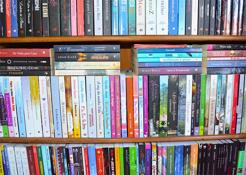 arrumando a estante de livros 4