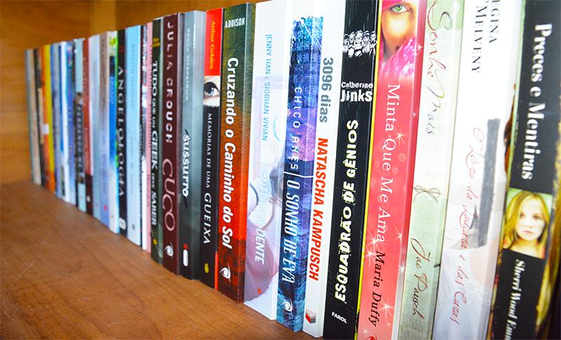 arrumando a estante de livros 5