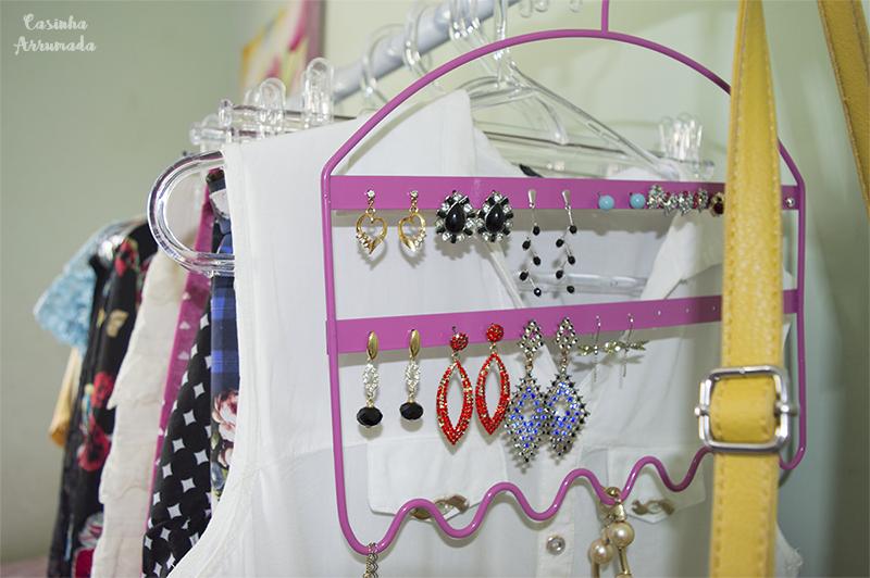 5 produtos extremamente úteis que vão ajudar você a organizar a sua casa 7 - cabide porta joias
