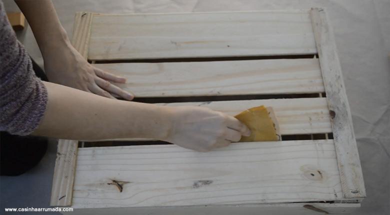 Mesinha feita com caixote de feira e cabo de vassoura 5