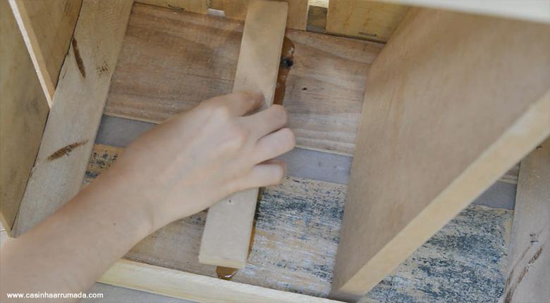Mesinha feita com caixote de feira e cabo de vassoura 6