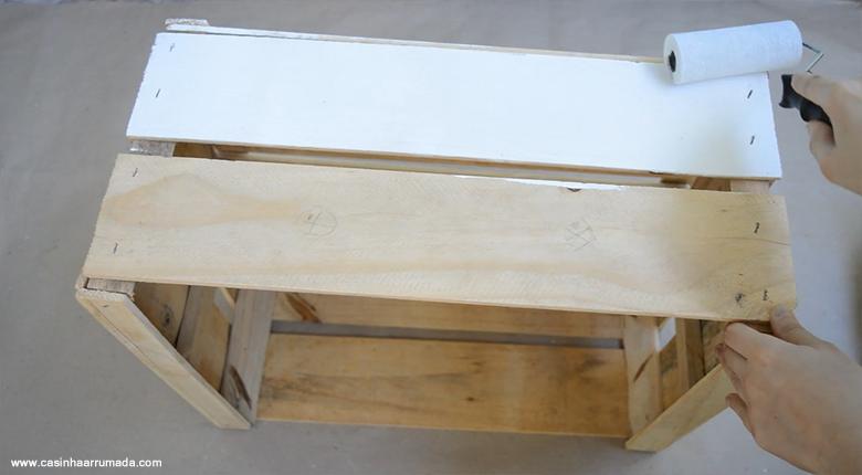Mesinha feita com caixote de feira e cabo de vassoura 7