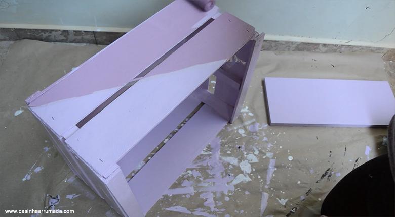 Mesinha feita com caixote de feira e cabo de vassoura 8